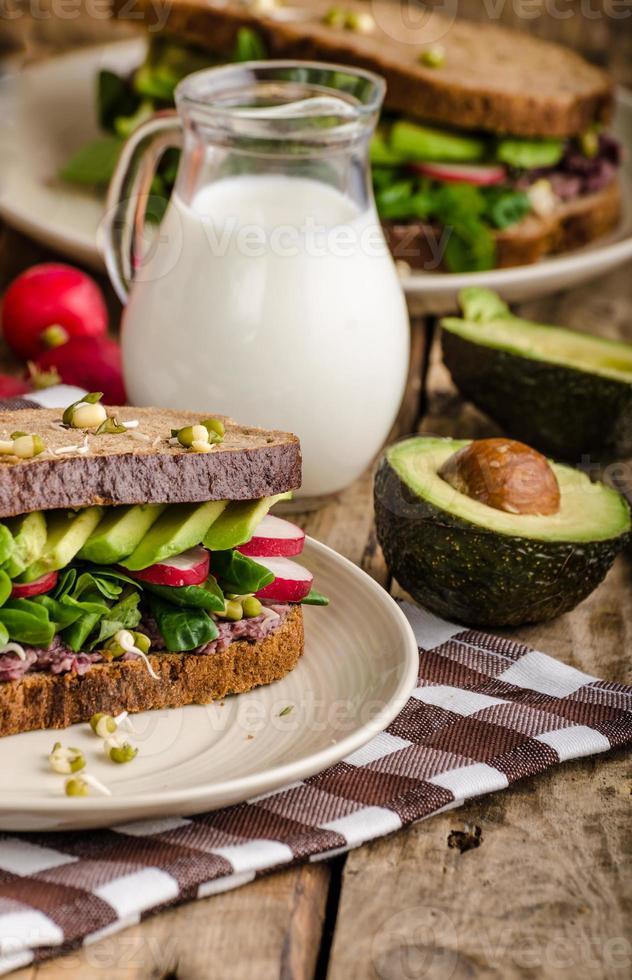 recette de sandwich d'été chipotle-avocat photo