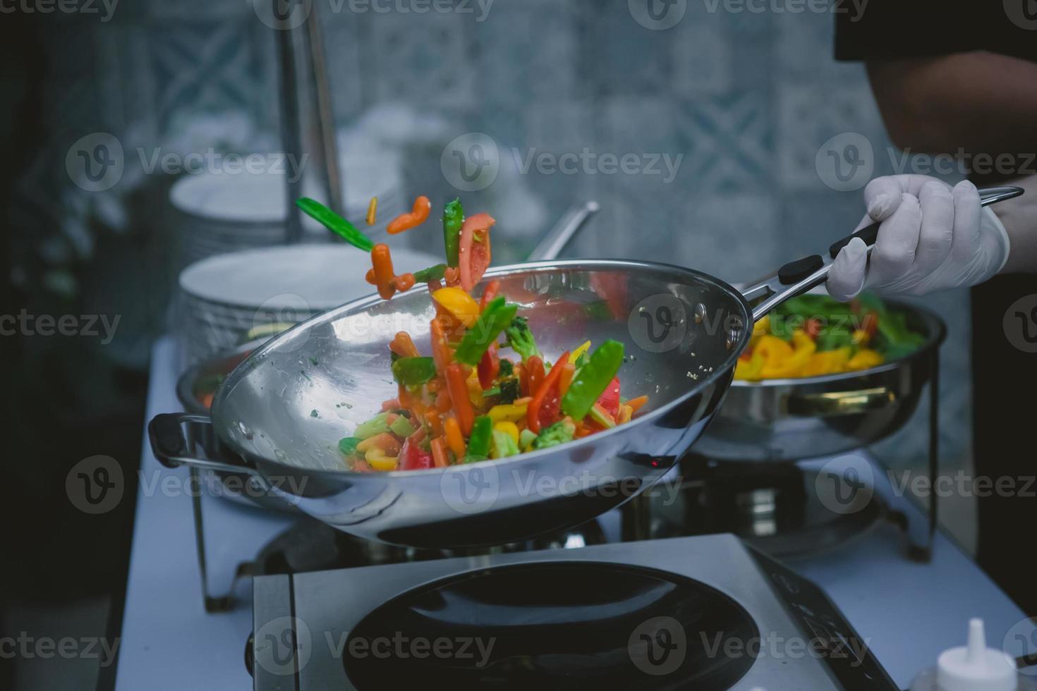 cuisson des légumes dans un wok photo
