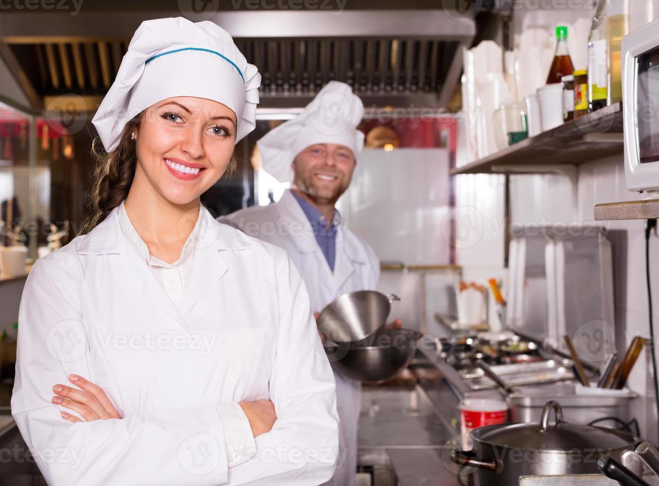 chef et son aide à la cuisine de bistro photo