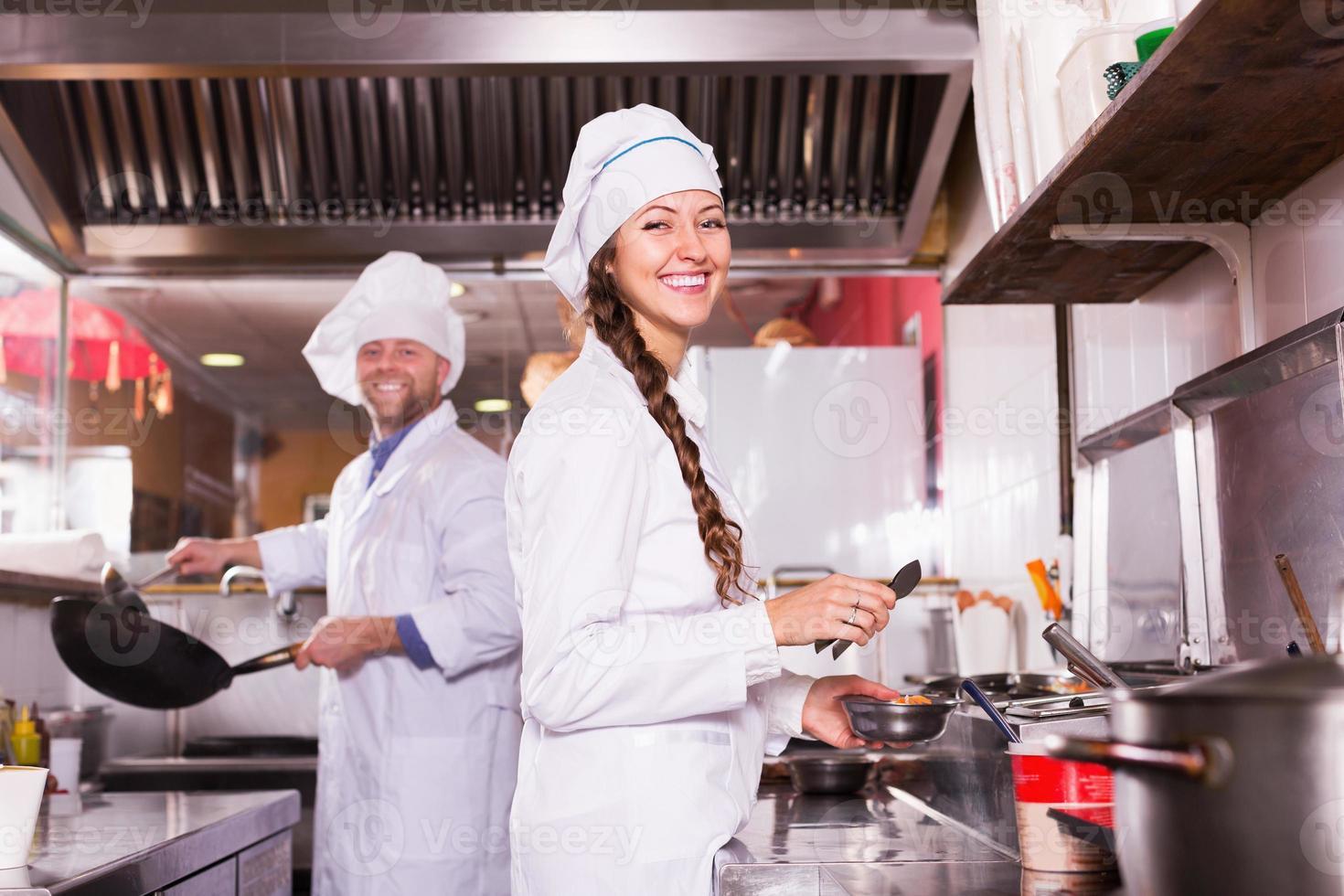 cuisiniers saluant les clients au bistro photo