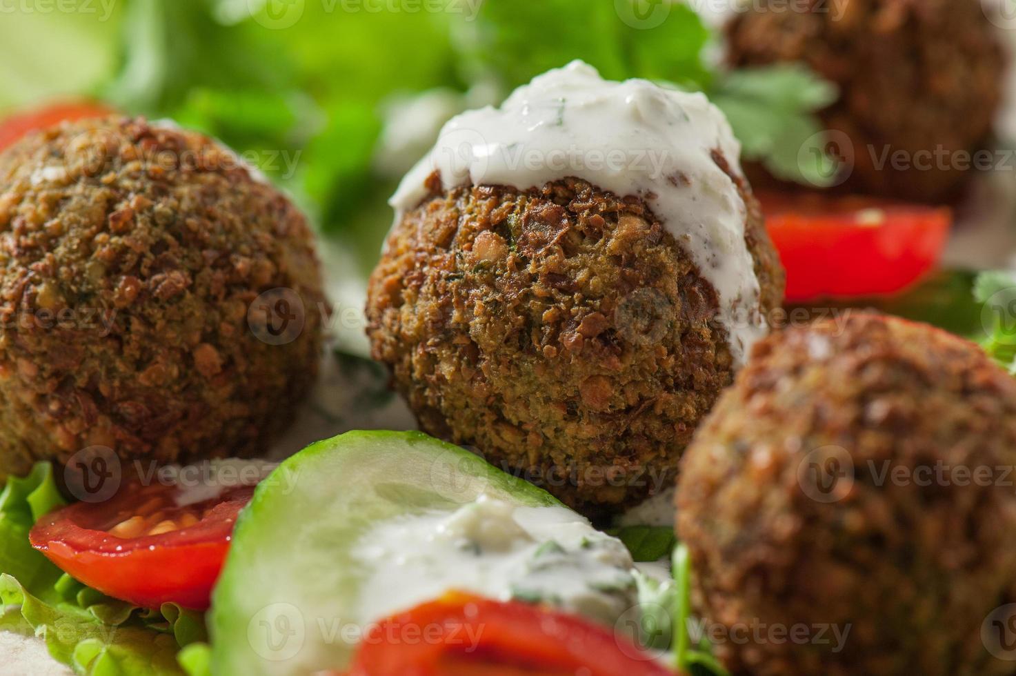 falafel sur feuilles de salade photo