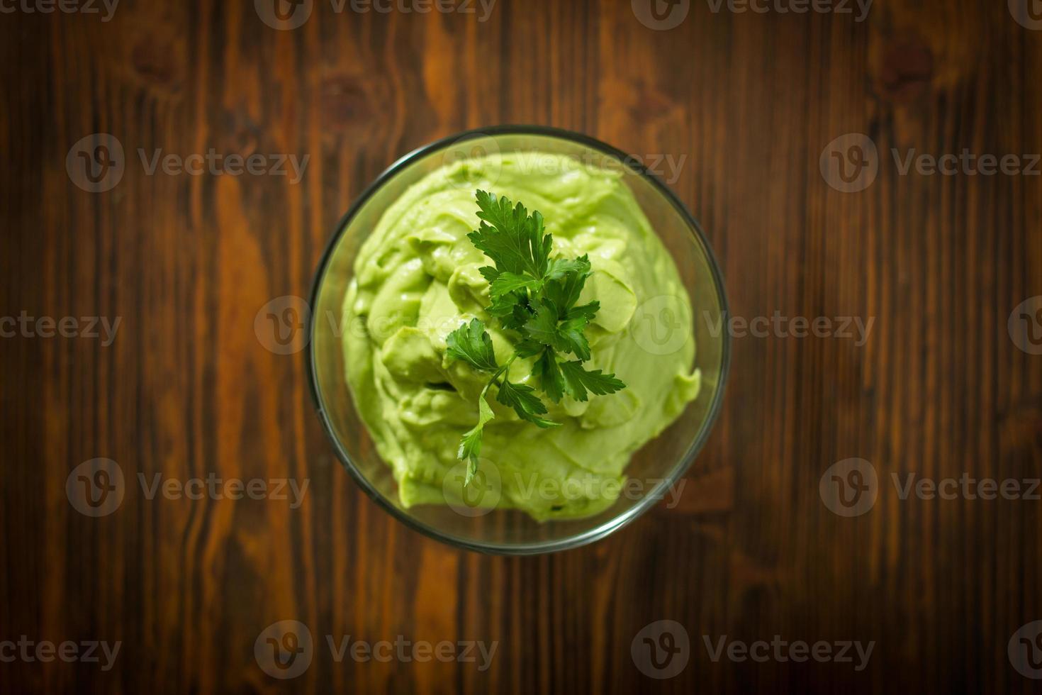 guacamole sur table en bois photo