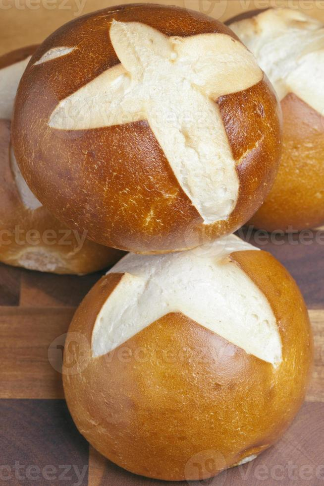 petits pains bretzels, fraîchement cuits photo