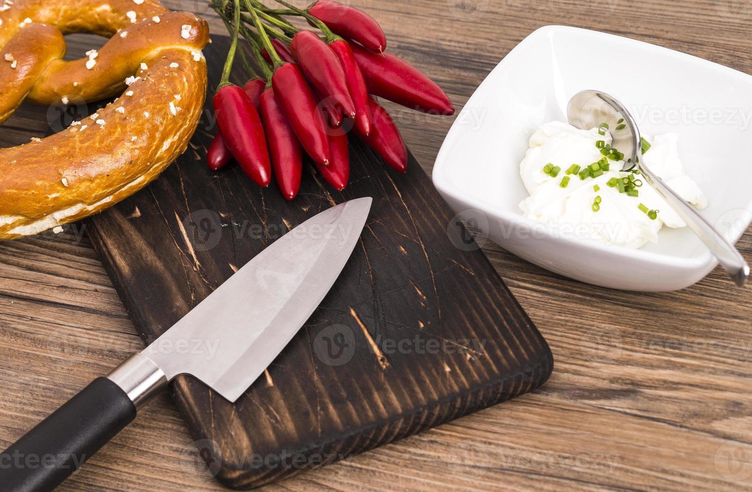 couteau à bretzel et piment photo