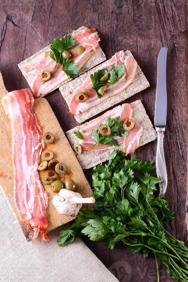 bacon croustillant avec du pain frais sur la table photo
