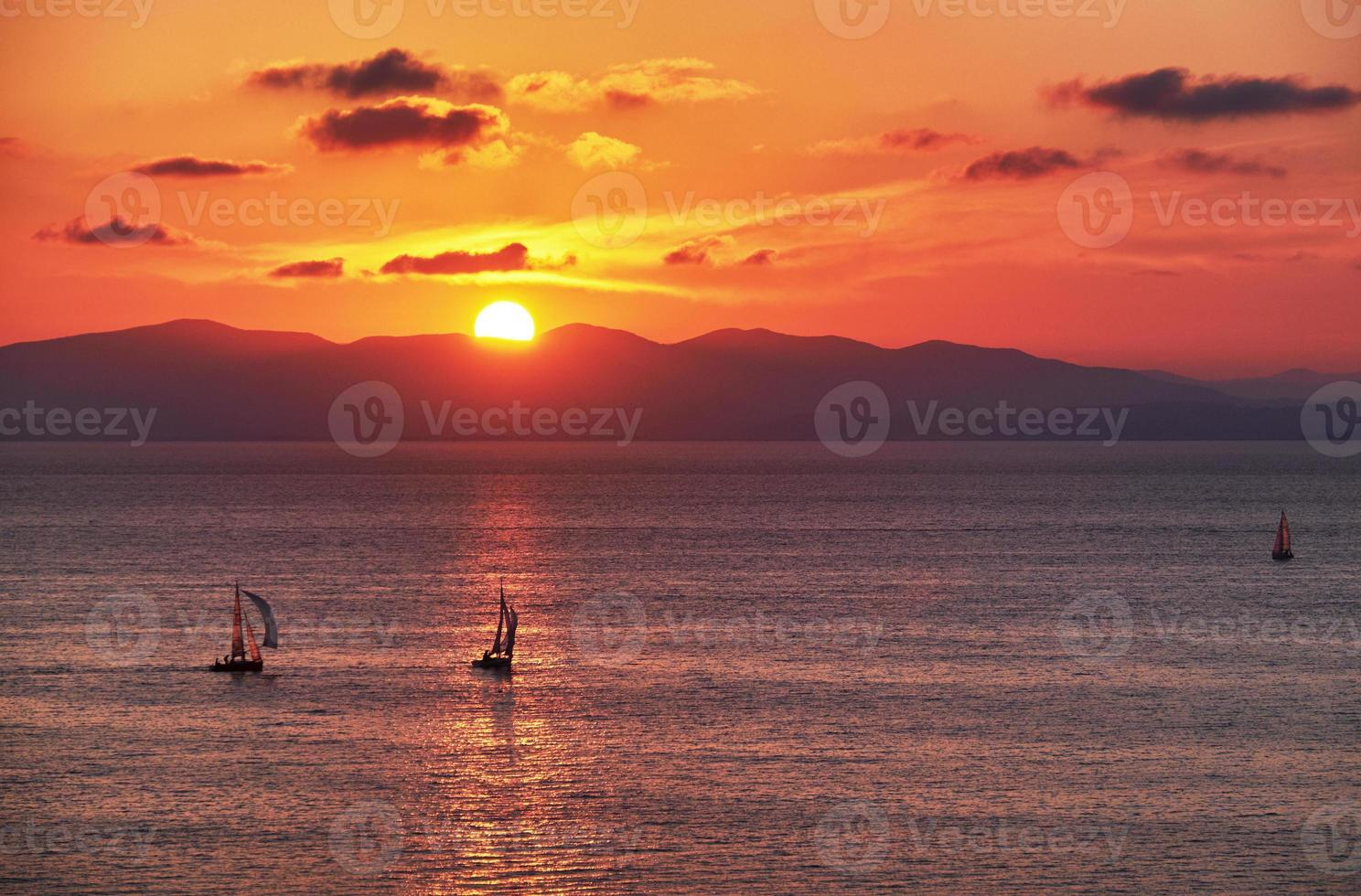yacht au coucher du soleil photo