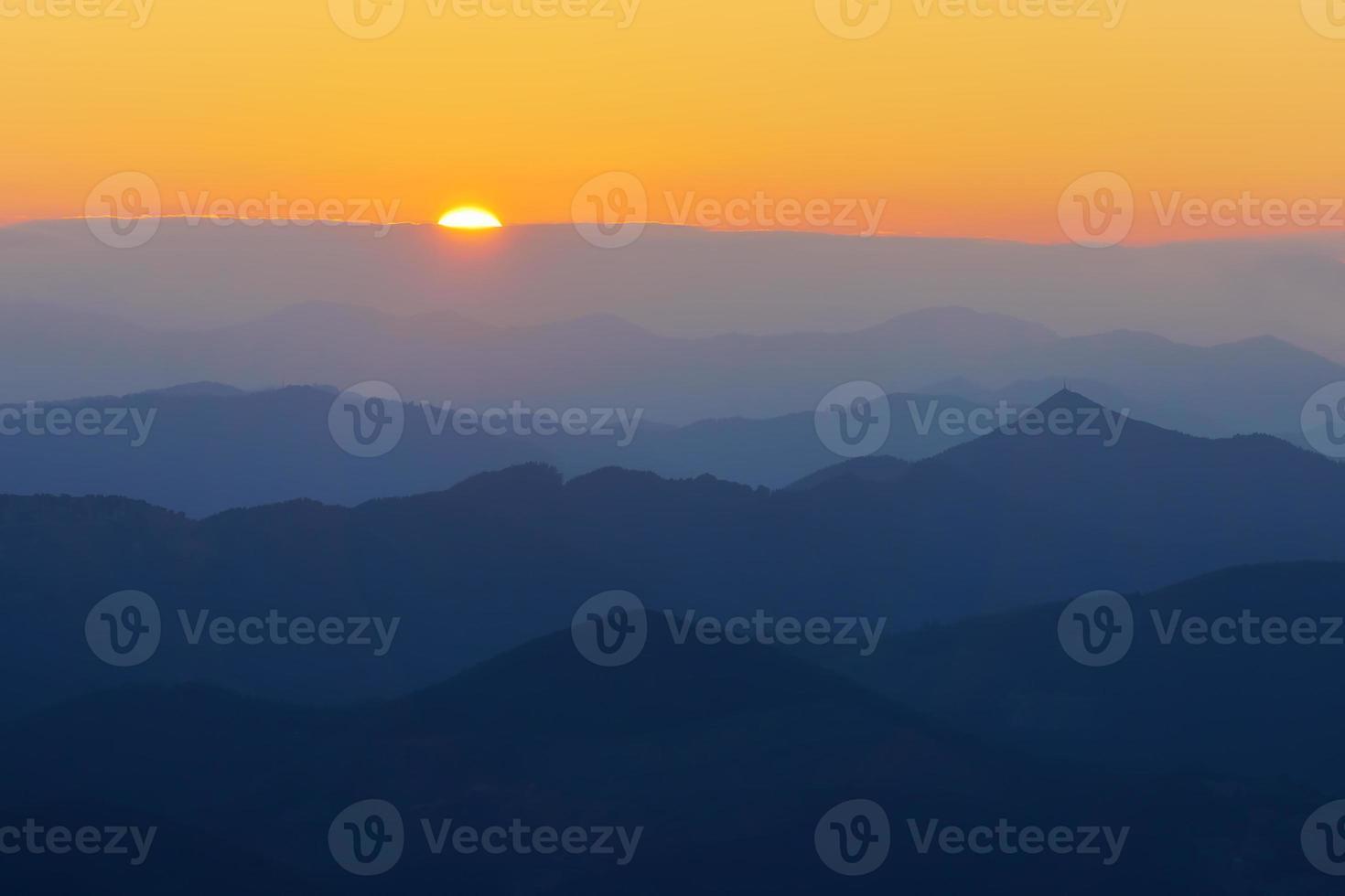 silhouettes de montagne au coucher du soleil photo