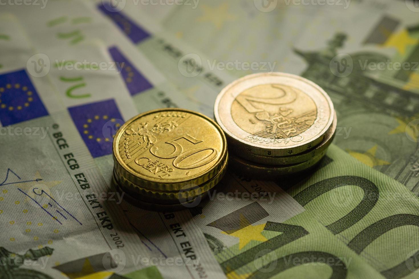 pièces en euros et billets en argent. photo