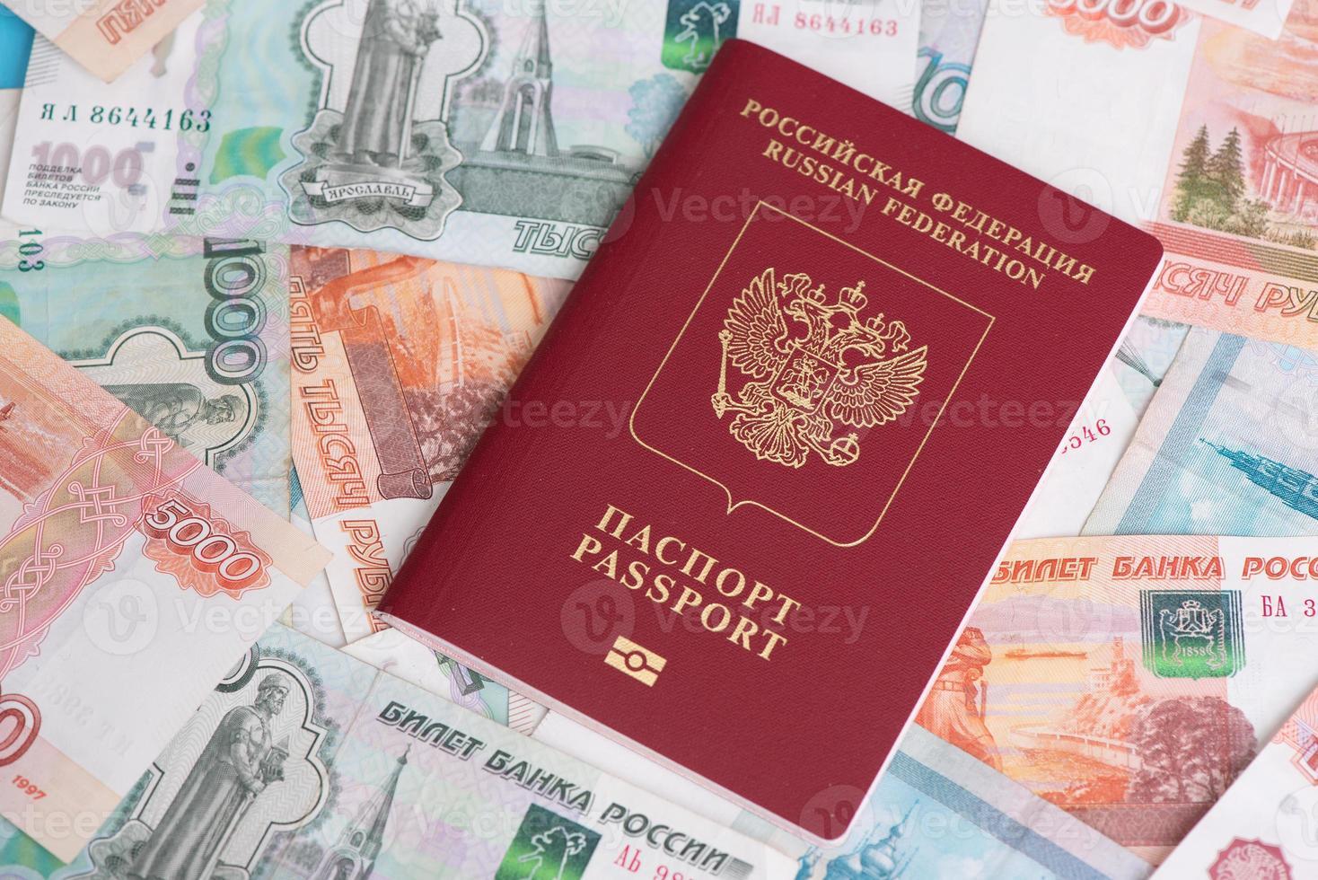 passeport avec des roubles d'argent russe photo