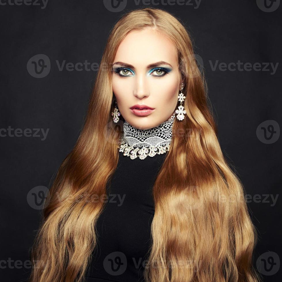 photo de belle femme aux cheveux magnifique. maquillage parfait