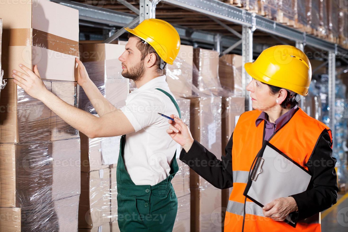 gestionnaire avec travailleur en entrepôt photo