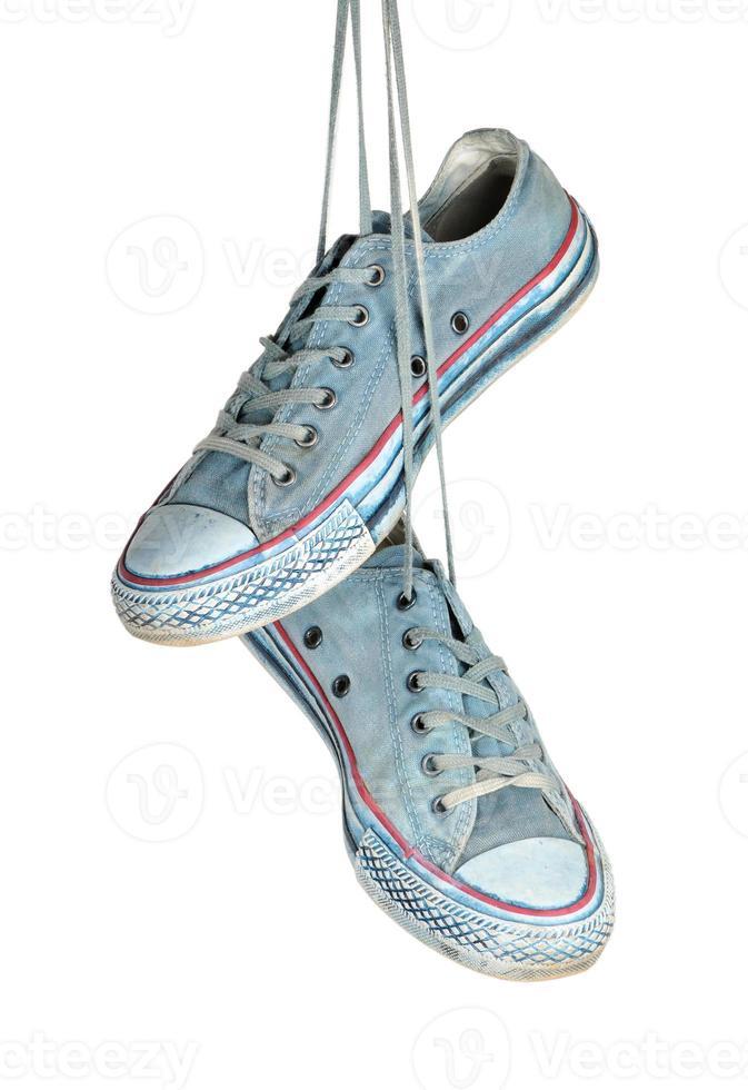 paire de baskets bleues suspendues aux lacets. photo