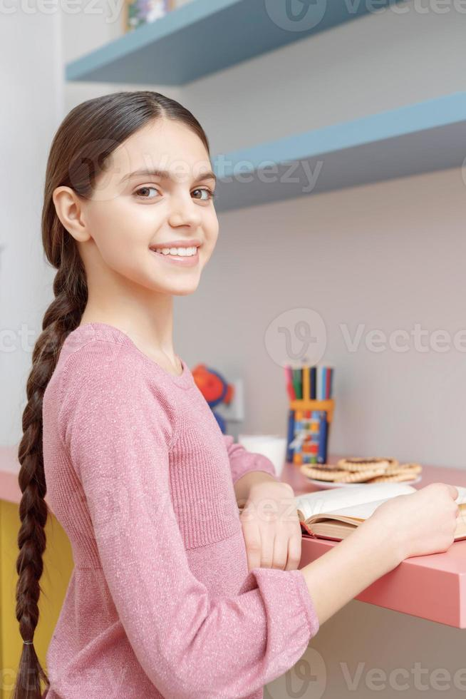 adolescente avec un livre photo
