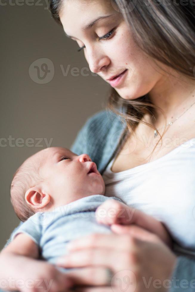 adorable série bébé nouveau-né sur fond gris photo
