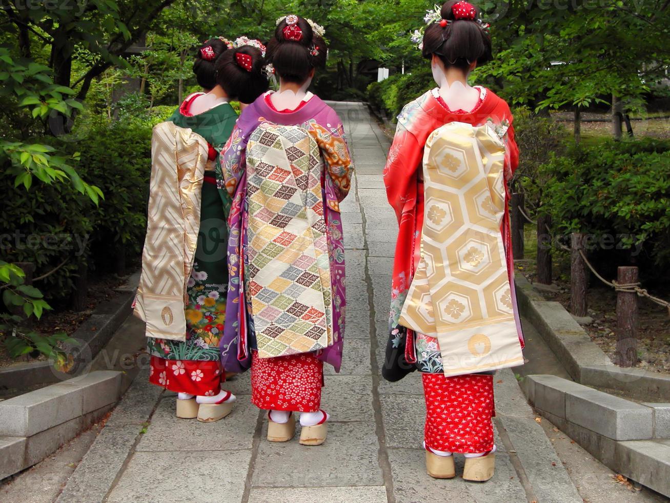 une vue arrière de trois filles geisha photo