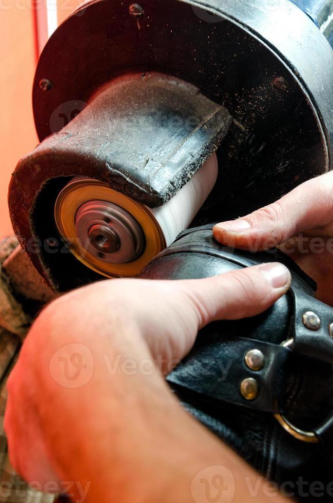 processus de brossage des chaussures photo