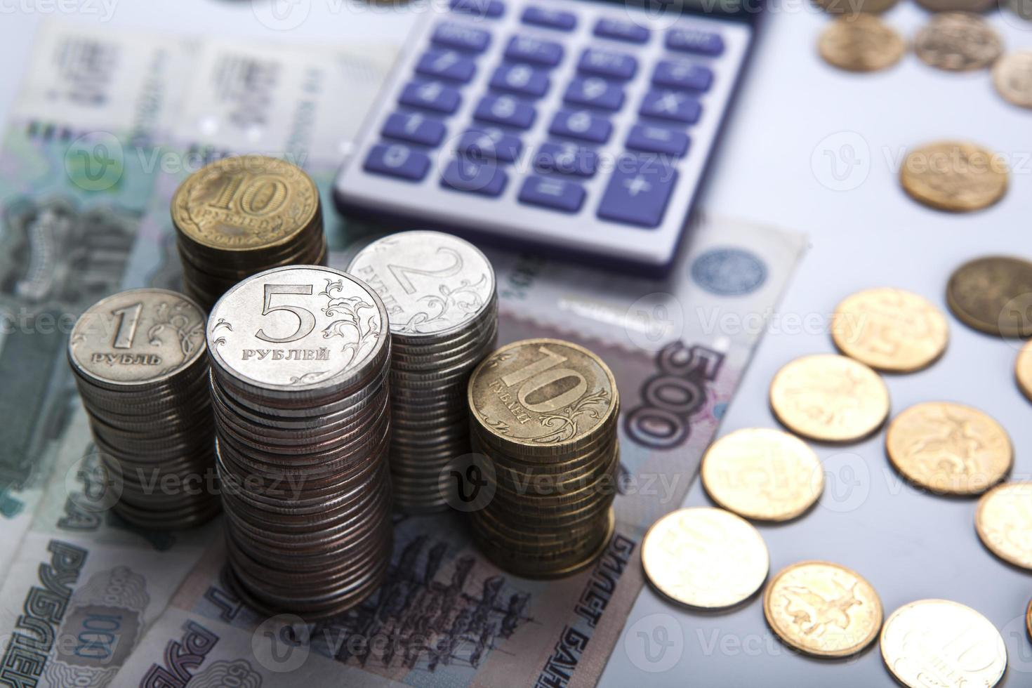 piles de roubles russes avec calculatrice photo