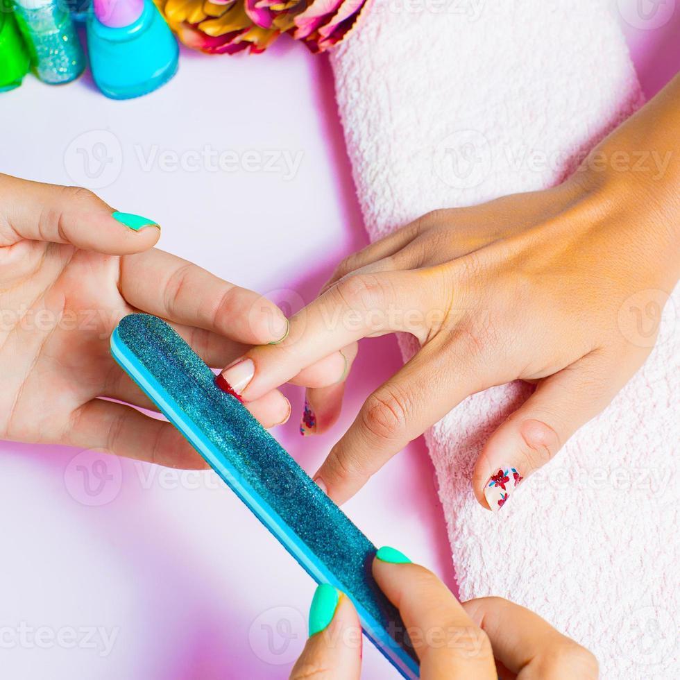 processus de manucure dans un salon de beauté, gros plan photo