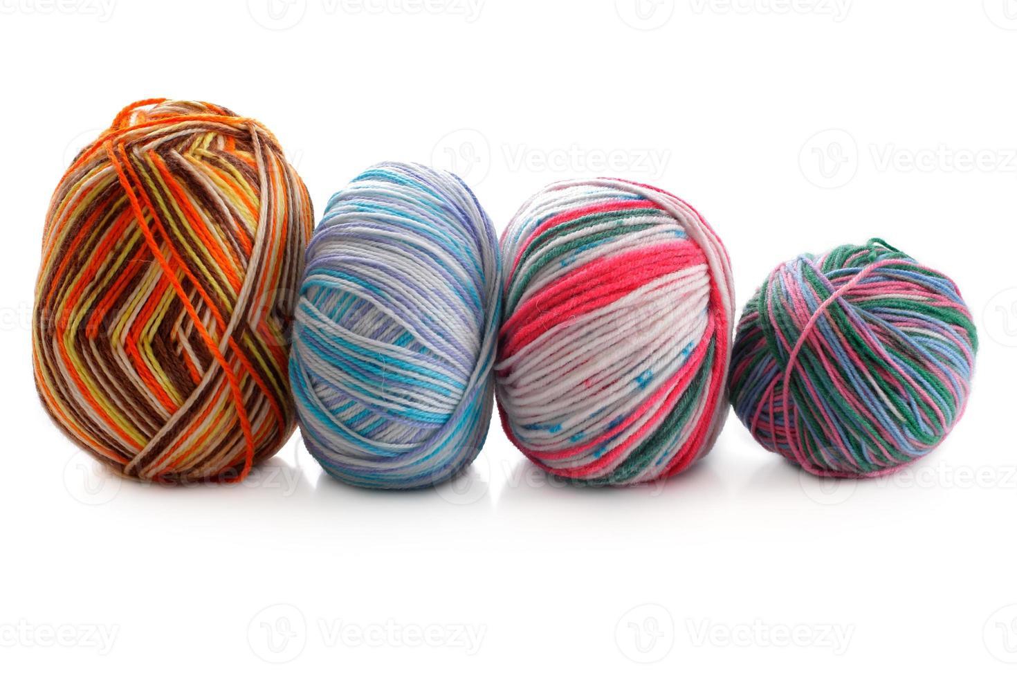 Mélange de quelques boules de laine sur fond blanc photo