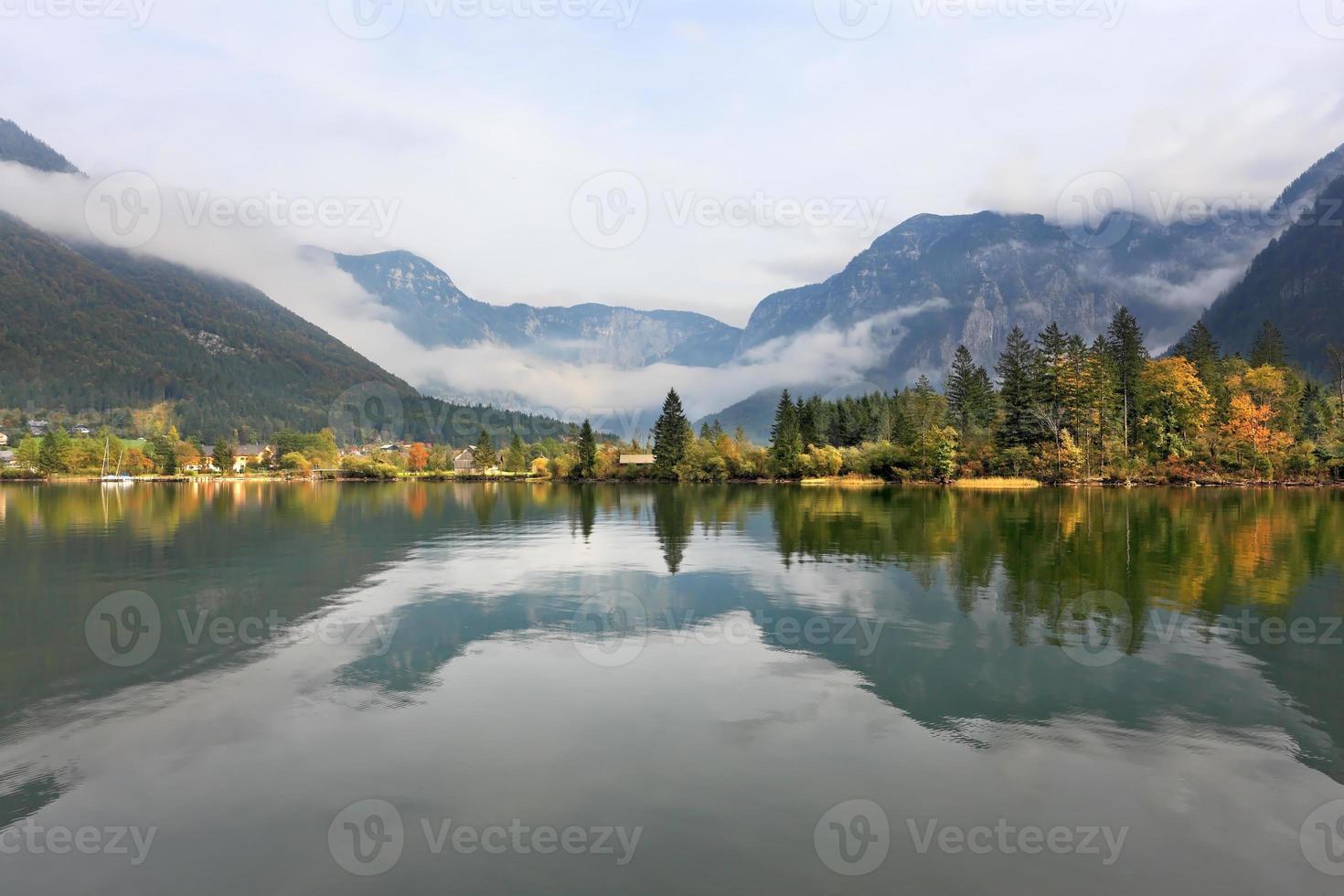 montagnes reflétées dans l'eau douce photo