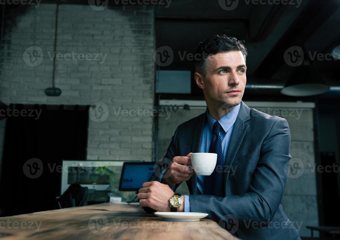 homme d'affaires pensif, boire du café au café photo