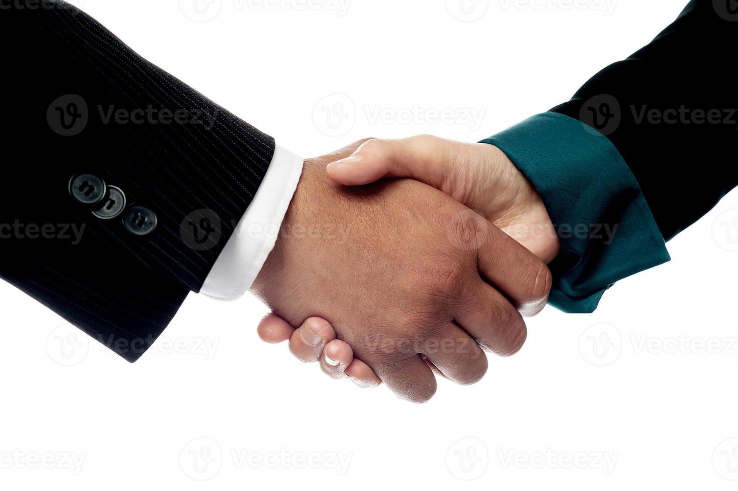 hommes d'affaires se serrant la main, gros plan tourné. photo