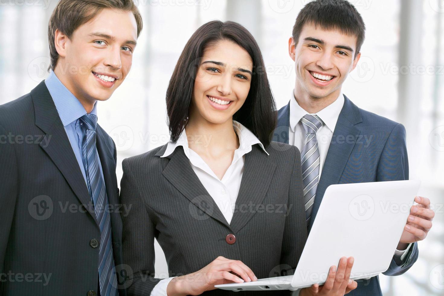 jeunes gens d'affaires. travail en équipe. photo