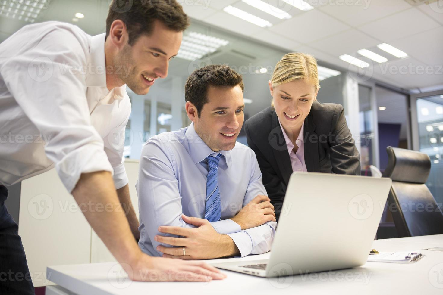 équipe commerciale de trois personnes dans le bureau et les travaux de planification photo