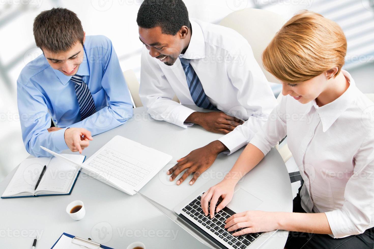 hommes d'affaires travaillant à la réunion photo