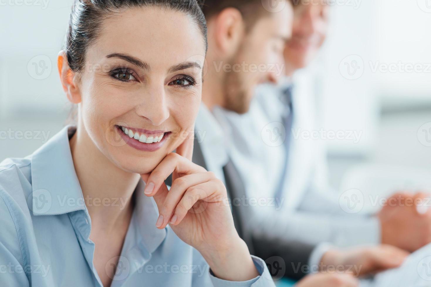 équipe des activités et femme d'affaires souriant posant photo