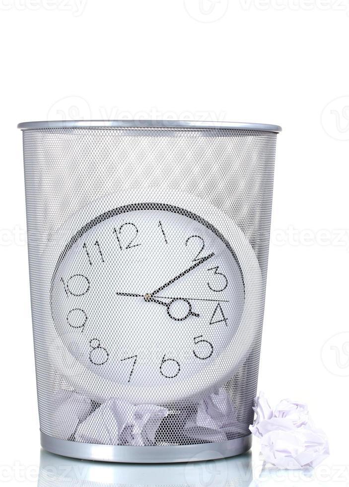 horloge murale en métal poubelle et papier isolé blanc photo
