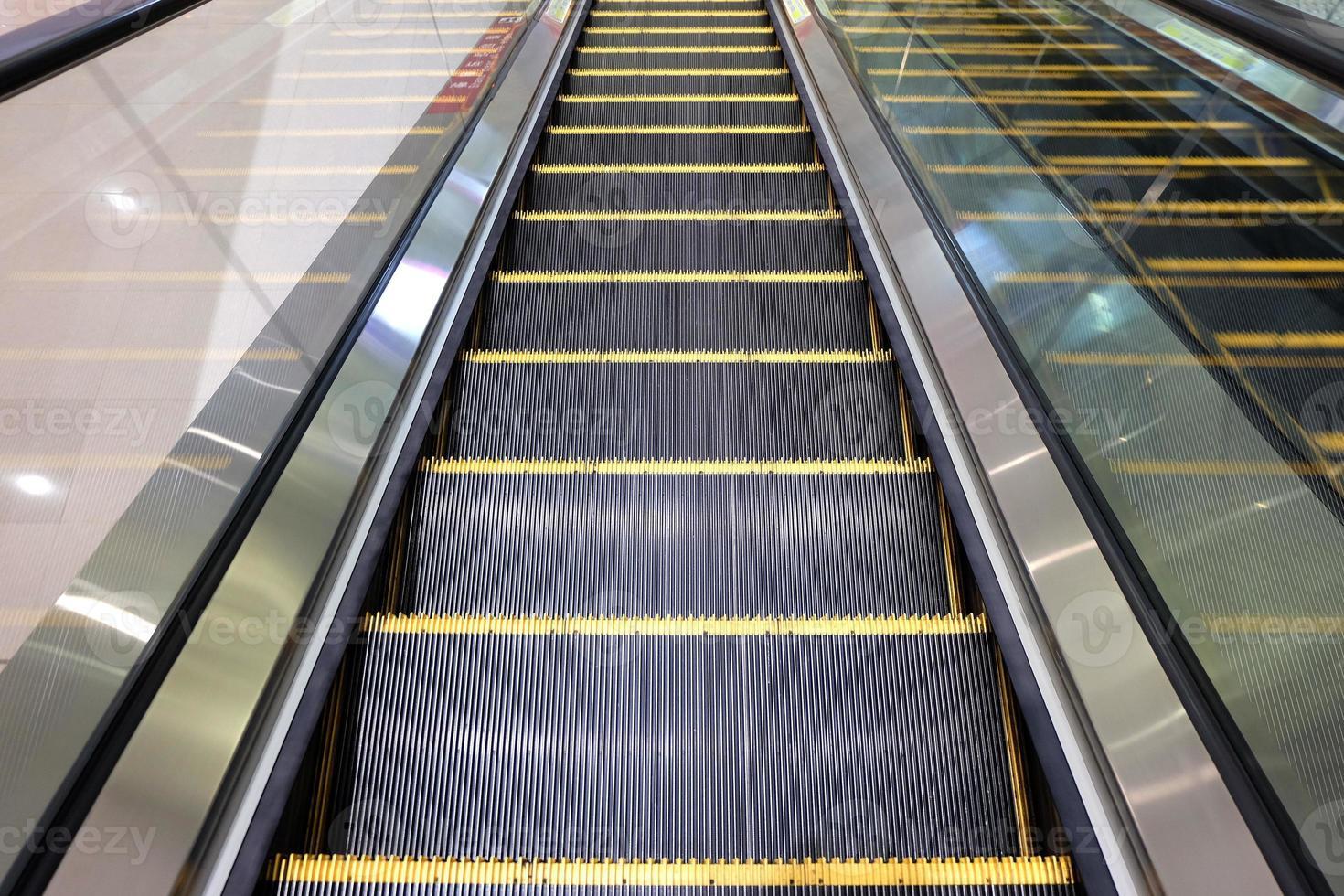 escaliers mécaniques de centre commercial photo