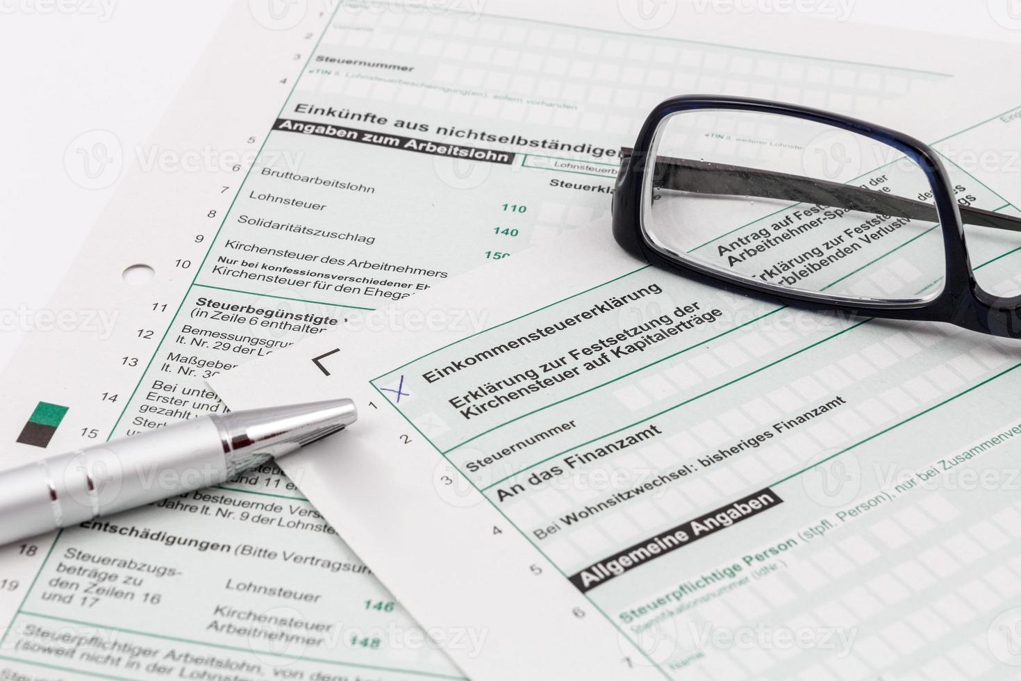 formulaire de déclaration de revenus avec stylo à bille et lunettes photo
