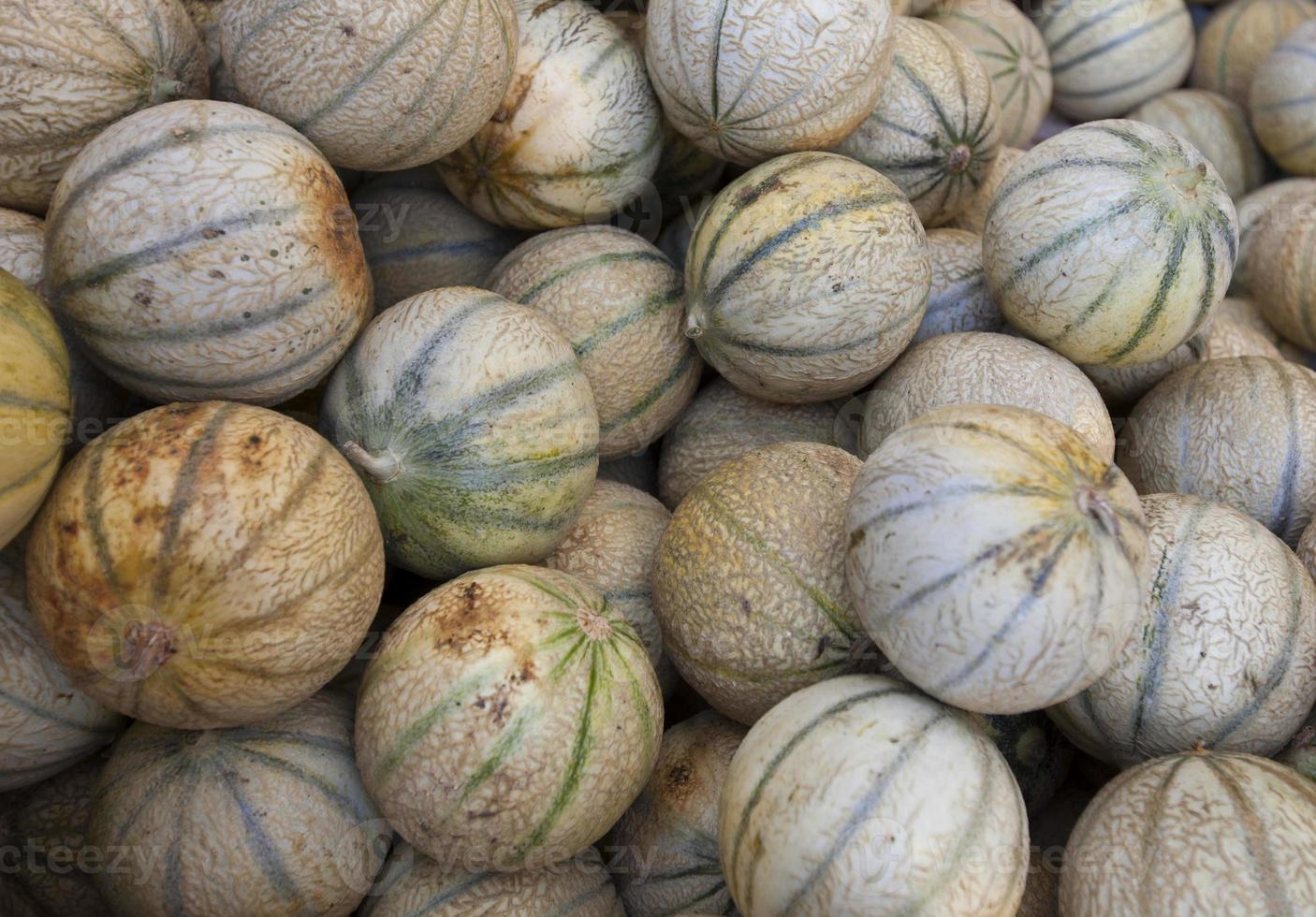 vue rapprochée des melons sur le marché photo