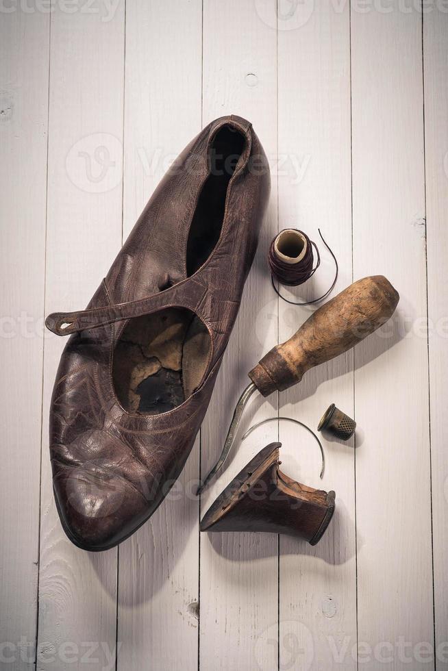 vieilles chaussures et outils de récupération. vue de dessus photo