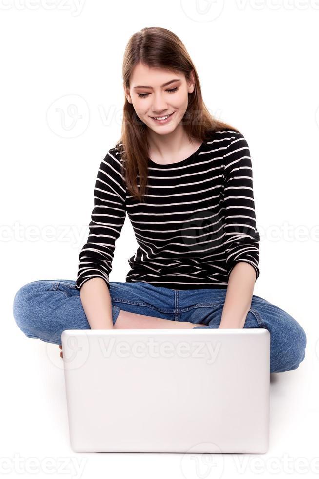 jeune, femme heureuse, à, pc, sur, plancher, e-commerce Banque d'Image photo