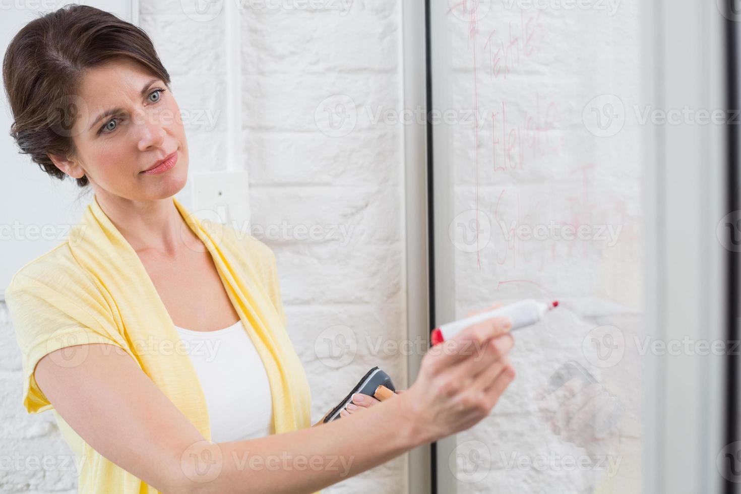 femme affaires, tenue, marqueur, écriture, quelque chose photo