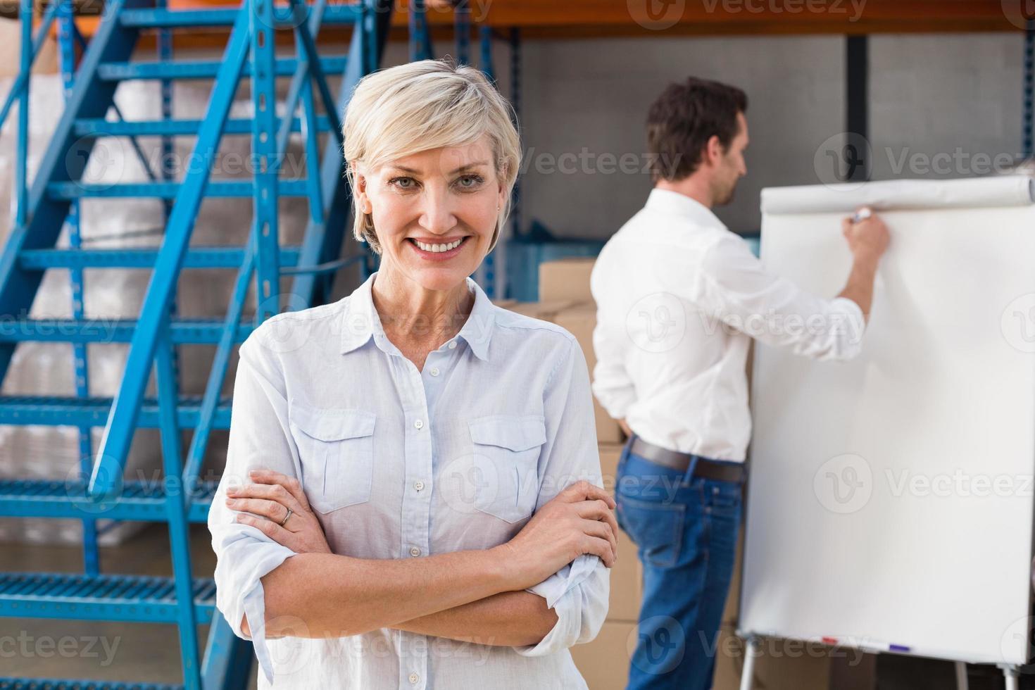 directeur d'entrepôt souriant à la caméra photo
