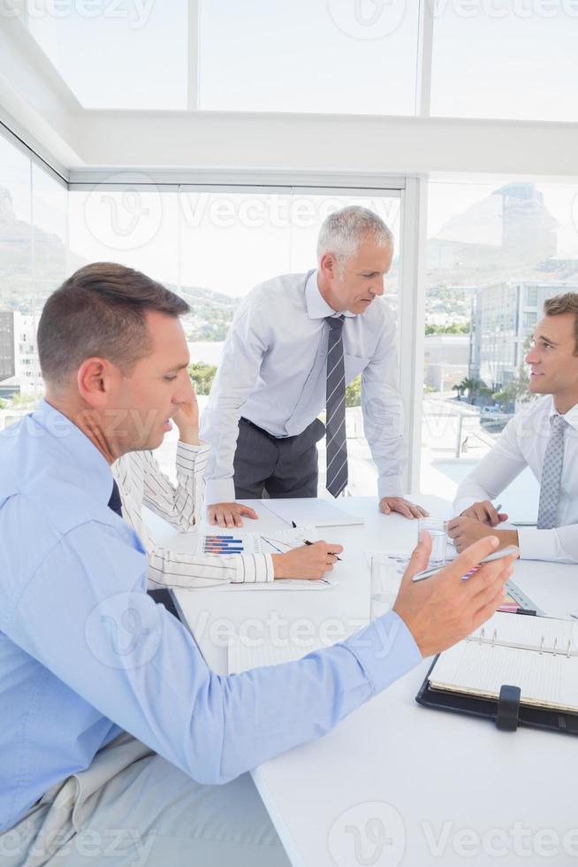 équipe commerciale ayant une réunion photo