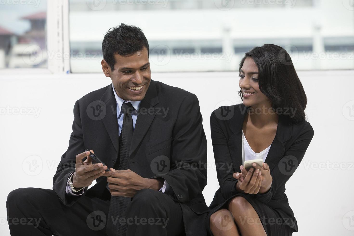 Collègues de travail indiens ayant une réunion photo