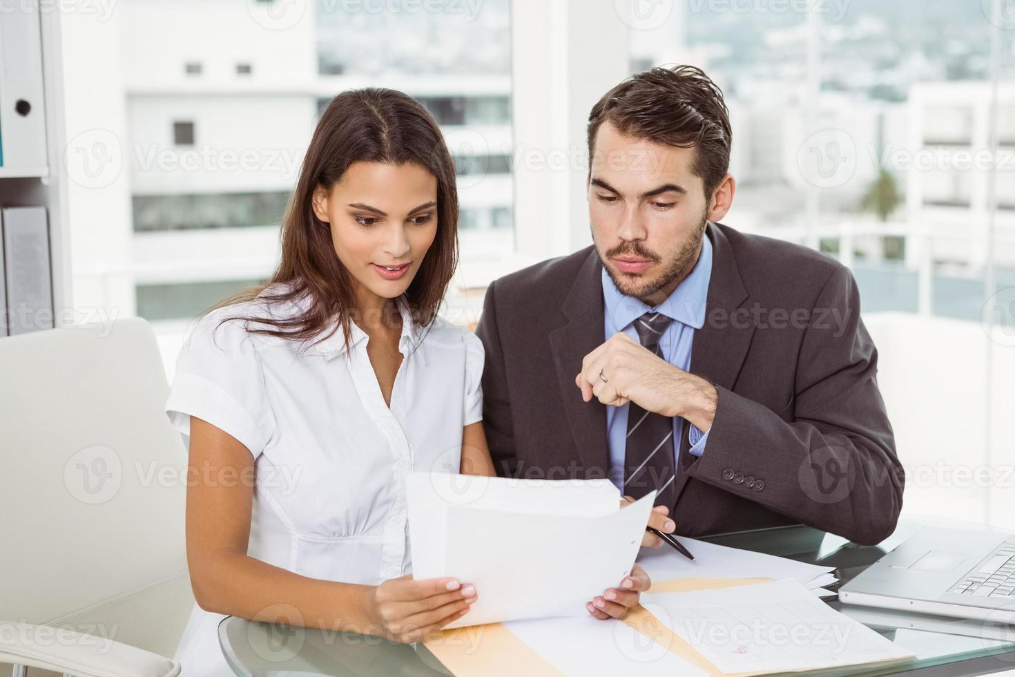 gens d'affaires en réunion au bureau photo