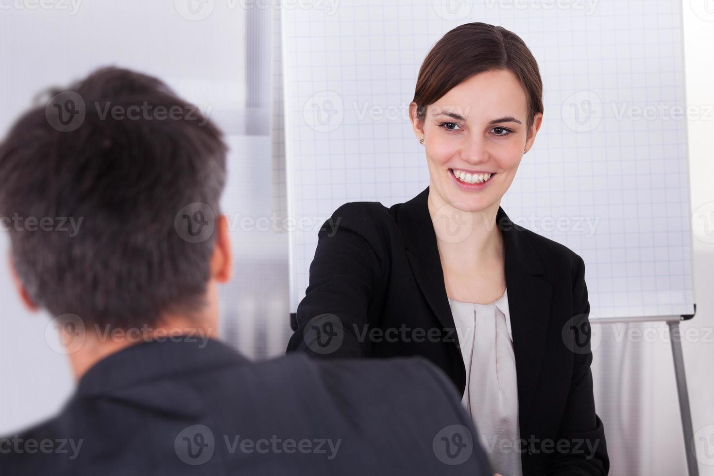 heureux jeune femme d'affaires photo