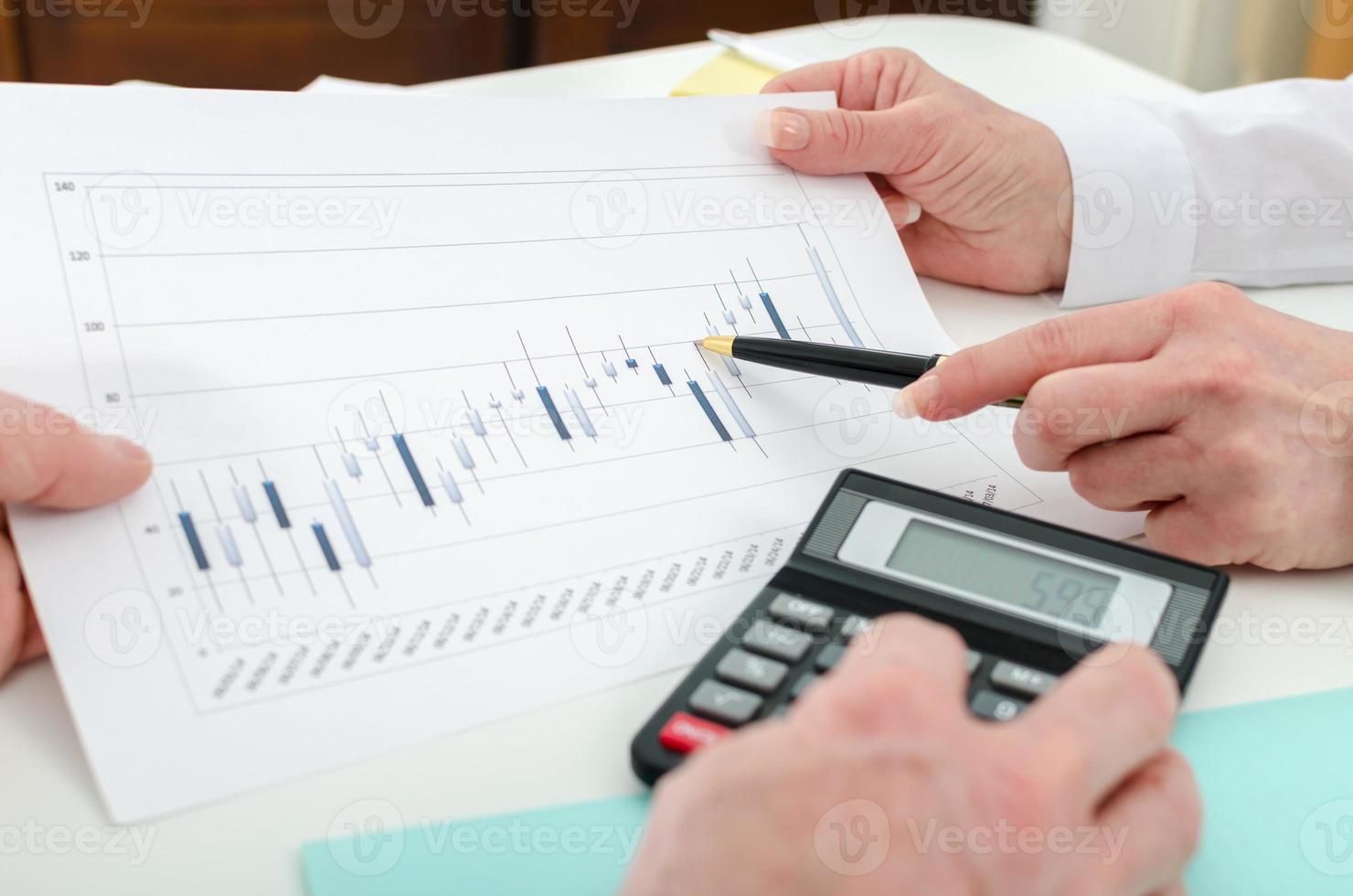 équipe commerciale travaillant sur les graphiques boursiers photo