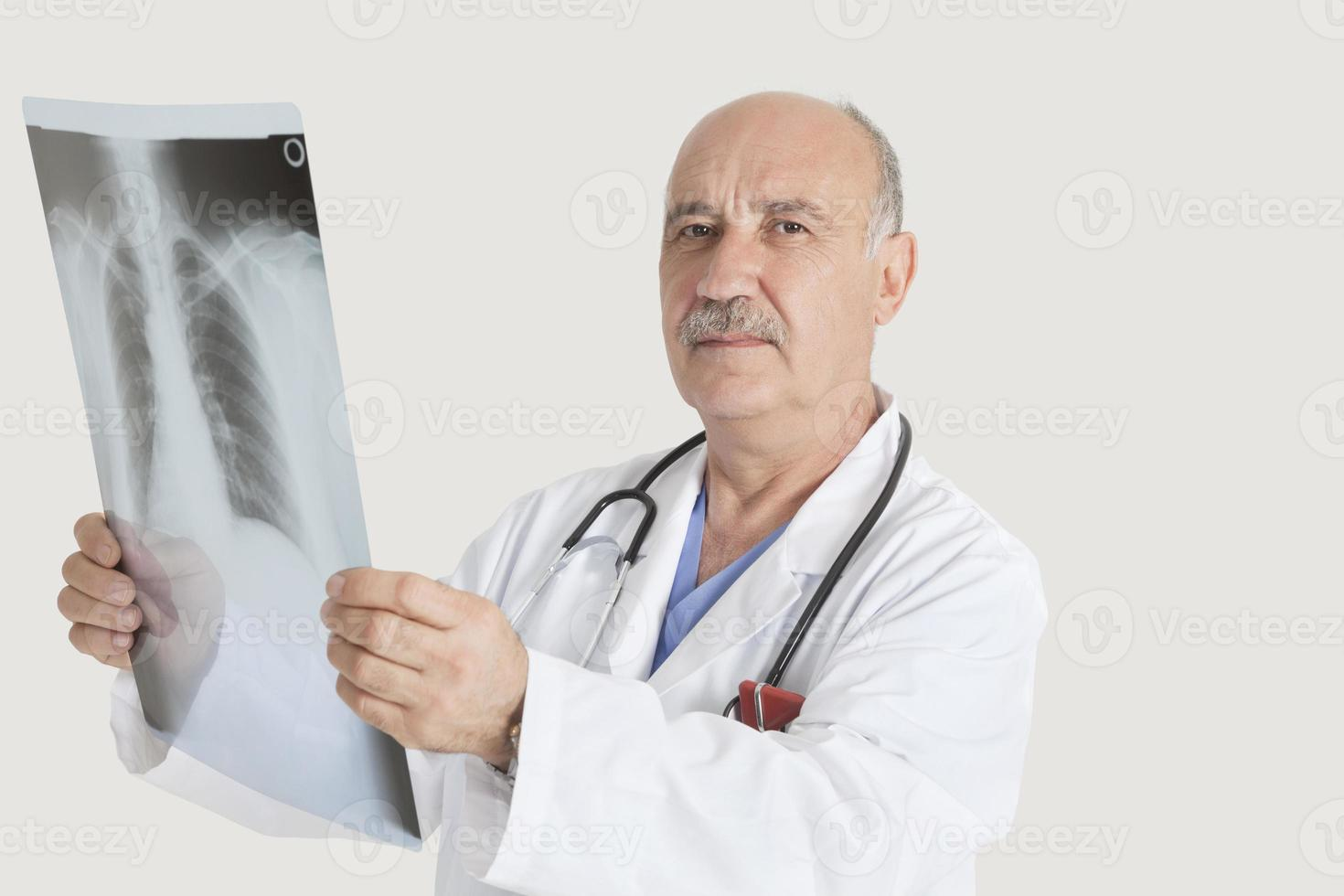 heureux médecin senior photo