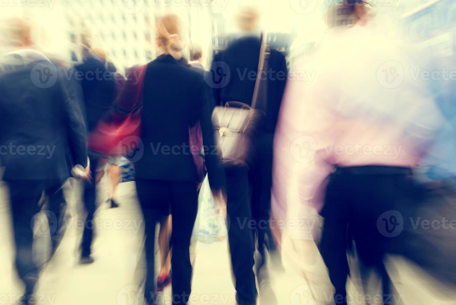 Les gens d'affaires l'heure de pointe occupé à pied concept de banlieue photo