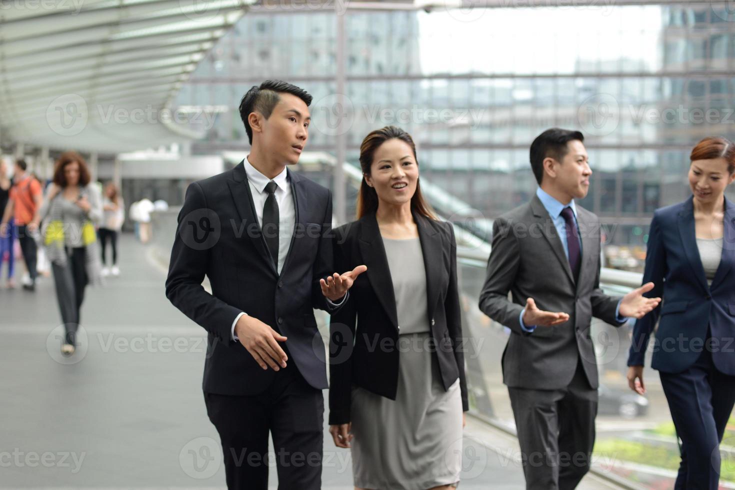 gens d'affaires marchant dans la rue photo