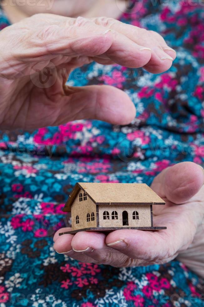 tenant une petite maison photo