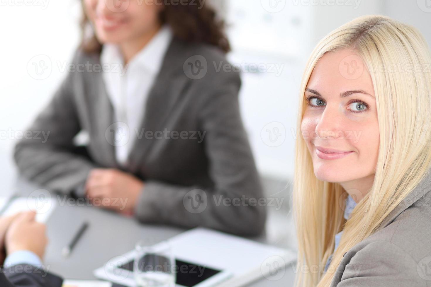 groupe de gens d'affaires à la réunion. photo