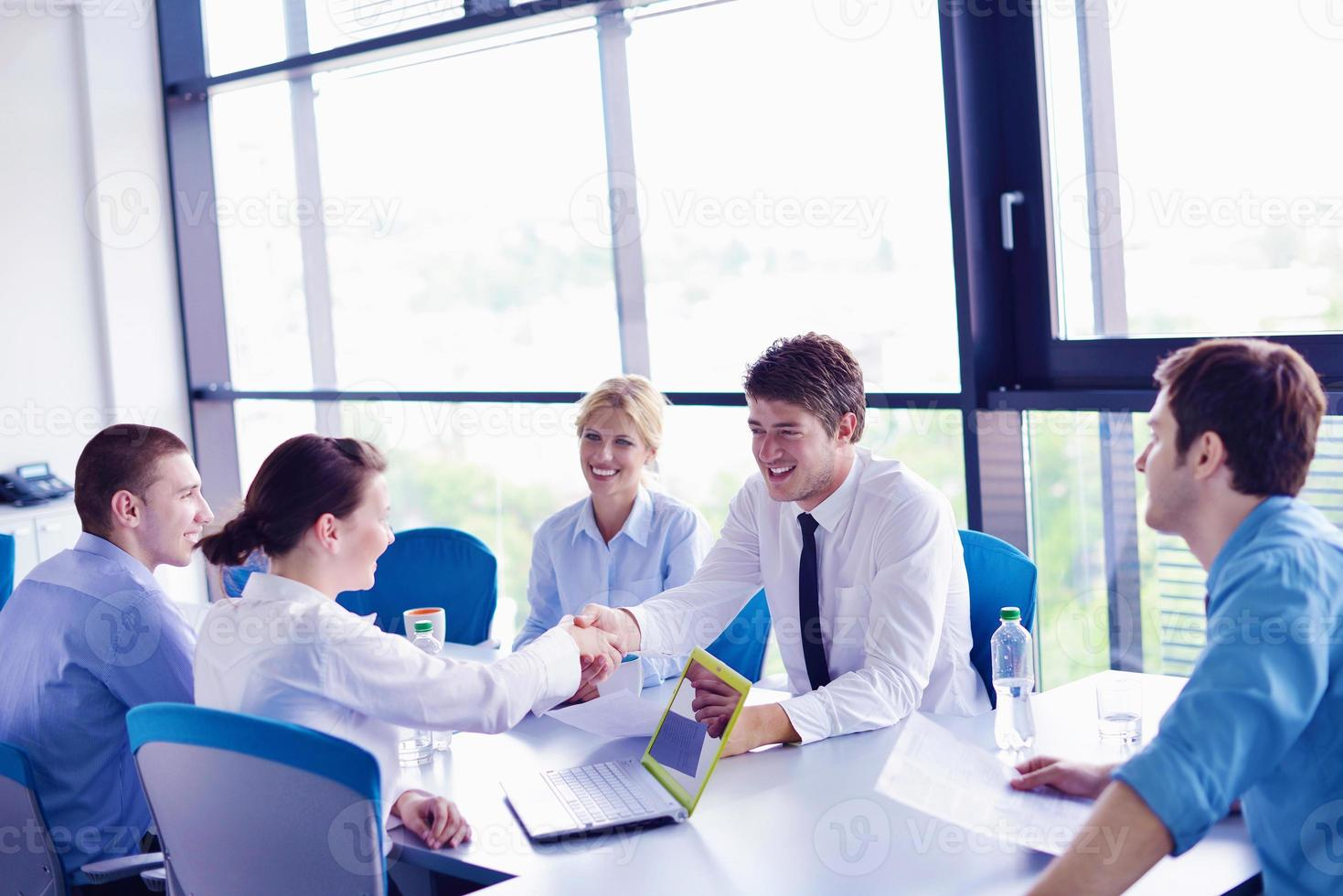 groupe de gens d'affaires lors d'une réunion au bureau photo