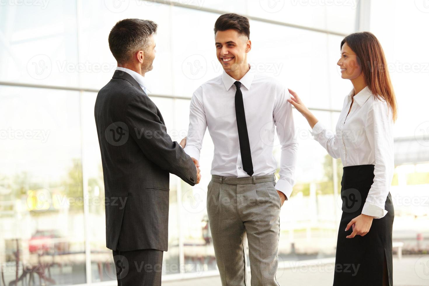 équipe commerciale. les gens se serrent la main pour communiquer entre eux photo